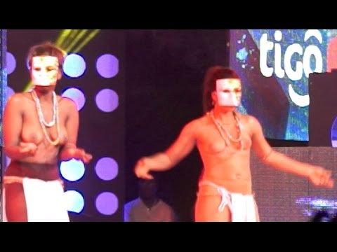 0 65 - VIDEO: Akoo Nana - Brings bared breasted dancers on stage