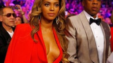 Photo of Beyonce flashes boobs at ''Fight Of The Century'' in a red hot cleavage baring outfit