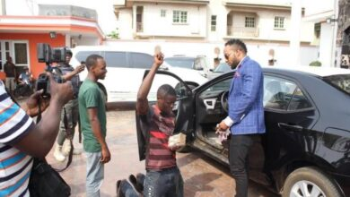 Photo of Kcee aka 'EMoney' gives away brand new car and cash gift to street hawker +Photos