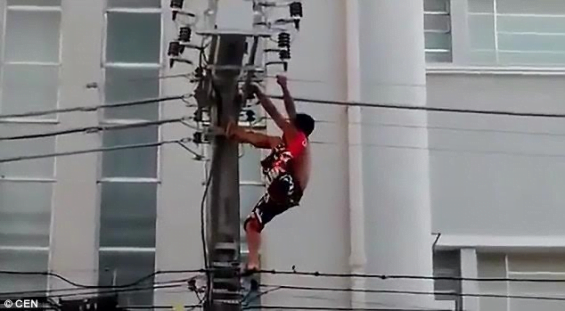 Video Man gets electrocuted after climbing an electric pole to entertain people at a political rally 6 - Video: Man gets electrocuted after climbing an electric pole to entertain people at a political rally